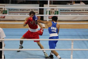 Qais Ashfaq looking to gwt the better of his opponent by landing a left hook