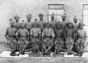 A group of soldiers with two Hotchkiss M1909 machine guns in front.