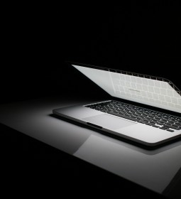 laptop-at-night-1114387_1920